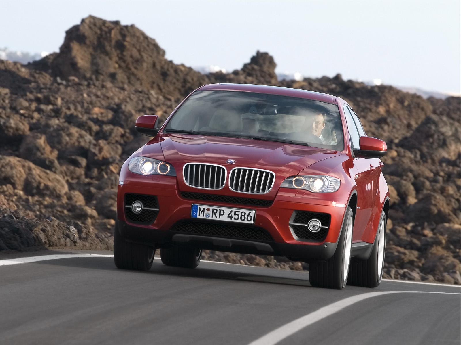 La face avant de la BMX X6 xDrive50i est marquée par ces naseaux BMW auxquels des barrettes chromées viennent ajouter de la verticalité. Les projecteurs antibrouillard sont intégrées dans le bouclier avant au milieu des entrées d'air latérales. Les rétroviseurs extérieurs avaient été dessinés avec plus d'élégance sur le concept car BMW Concept X6.