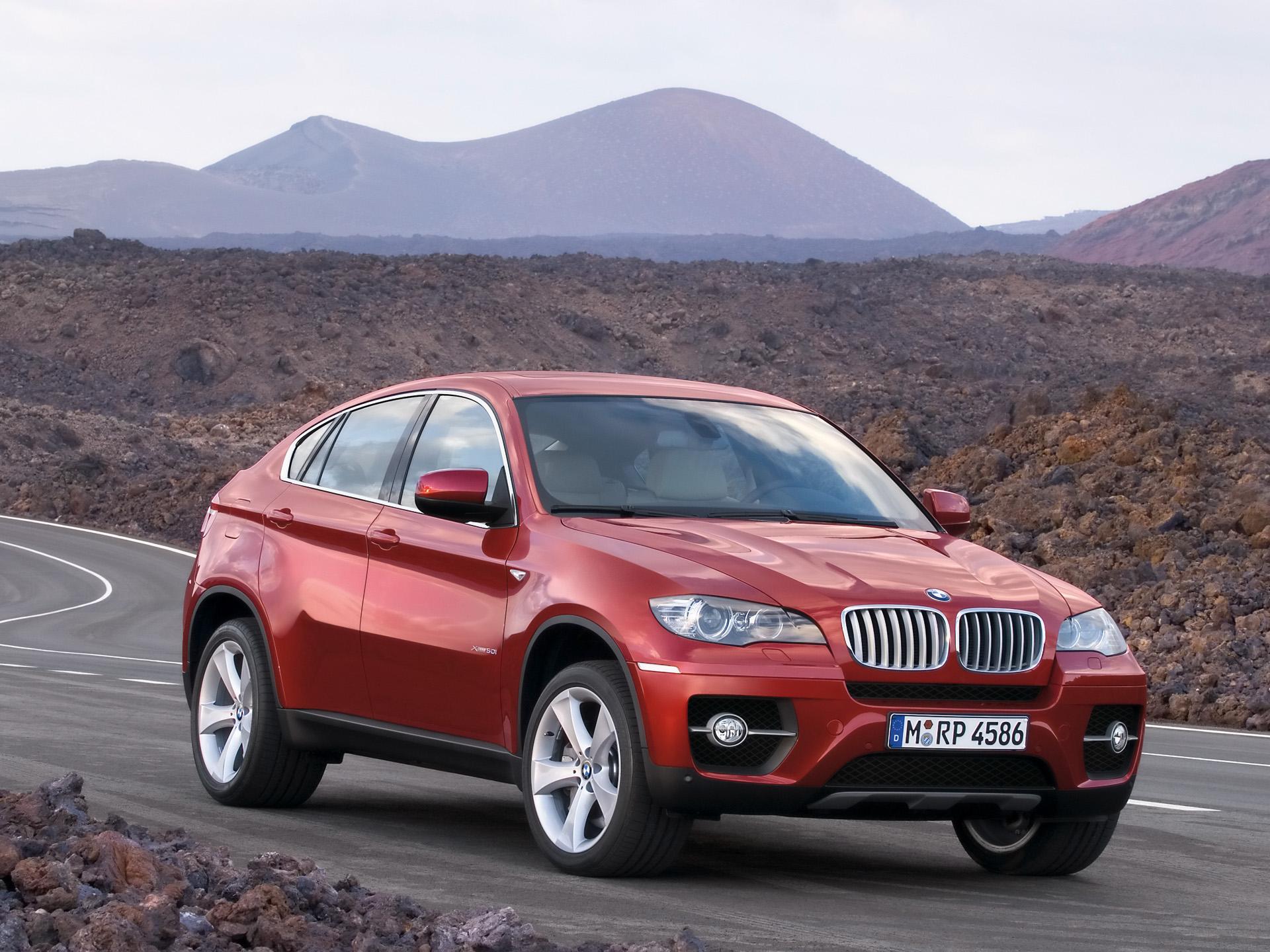 Vue de 3/4 avant de la BMX X6 xDrive50i.<br>Les différences les plus importantes avec le concept car BMW Concept X6 sont au niveau des montants de portières latéraux qui sont visibles (et bien visibles) et des rétroviseurs extérieurs quelconques. Les encadrements de fenêtres affleurant cassent la dynamique de la ligne et la fluidité de la silhouette de la BMX X6 xDrive50i. BMW aurait dû faire un effort et traduire en série l'intégralité du design de la BMX X6 xDrive50i.<br>Néanmoins, les jantes sont magnifiques et la ligne très sportive.