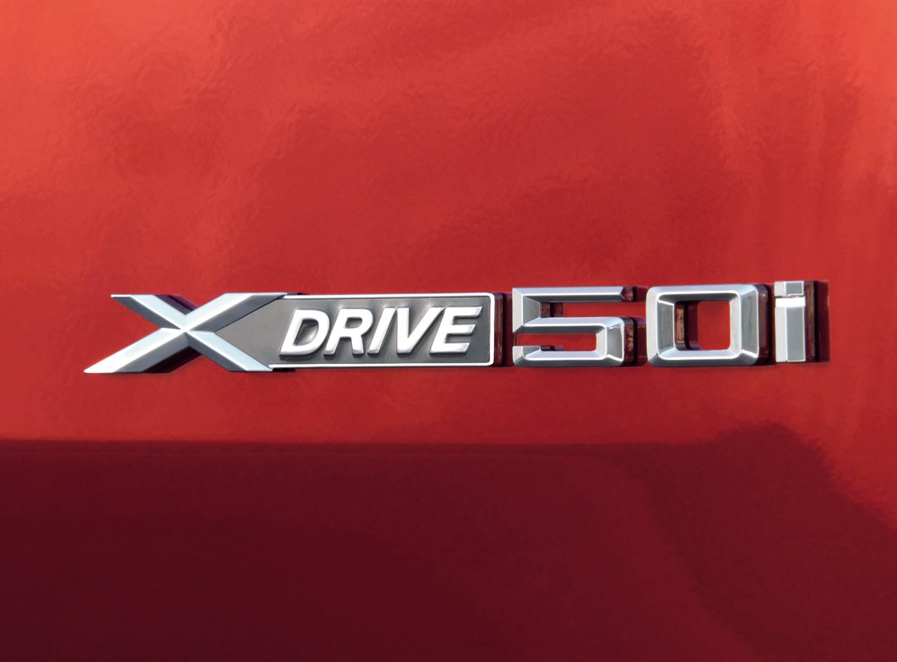 Vue agrandie du logo xDrive50i qui orne les flancs de la BMX X6 xDrive50i. Ce modèle est le plus sportif de la gamme, étant motorisé par un moteur V8 bi-turbo à injection directe de 400 ch.