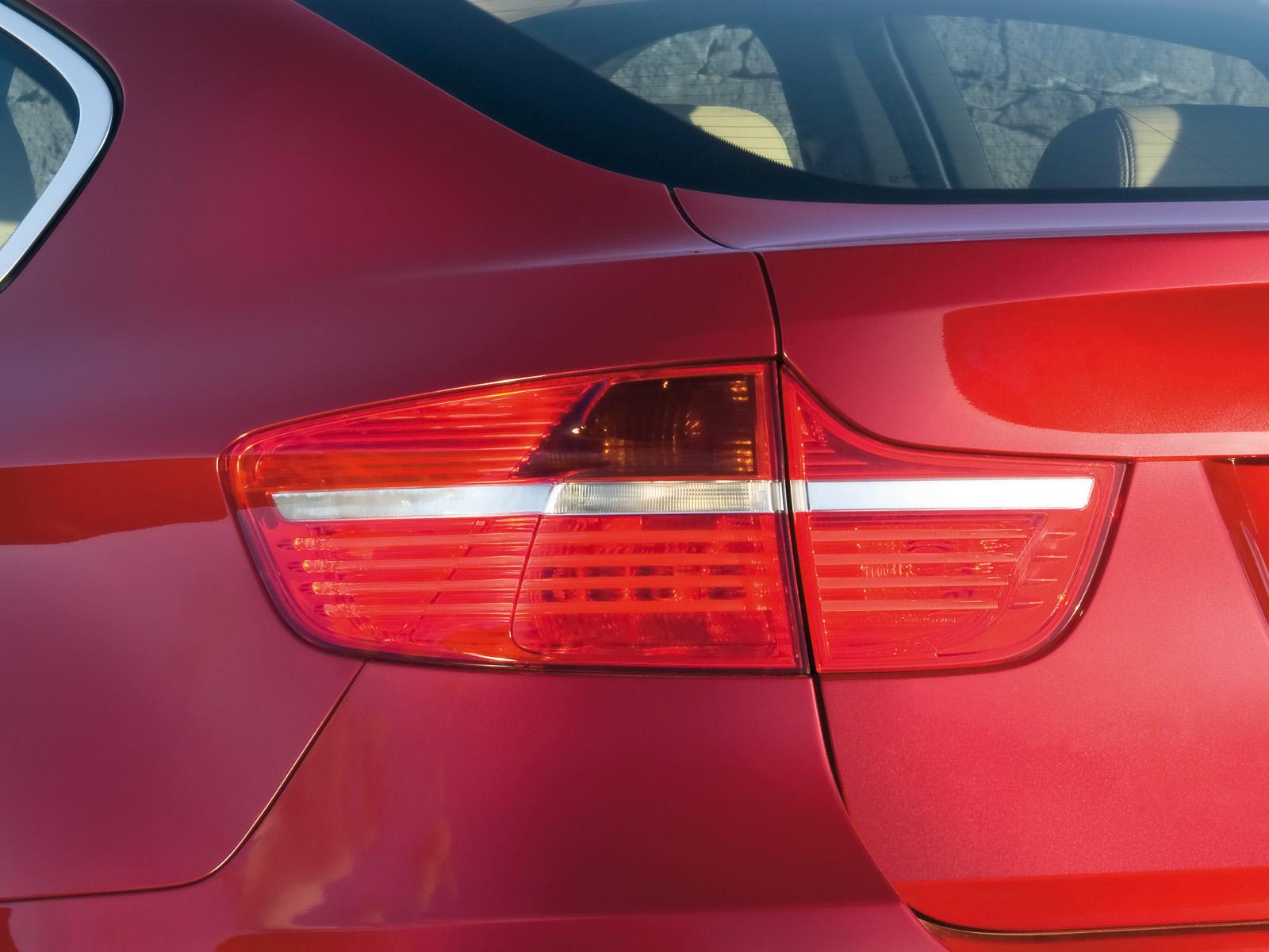Vue agrandie des feux arrière de la BMX X6 xDrive50i. Ces feux sont séparés en deux horizontalement par une ligne blanche.