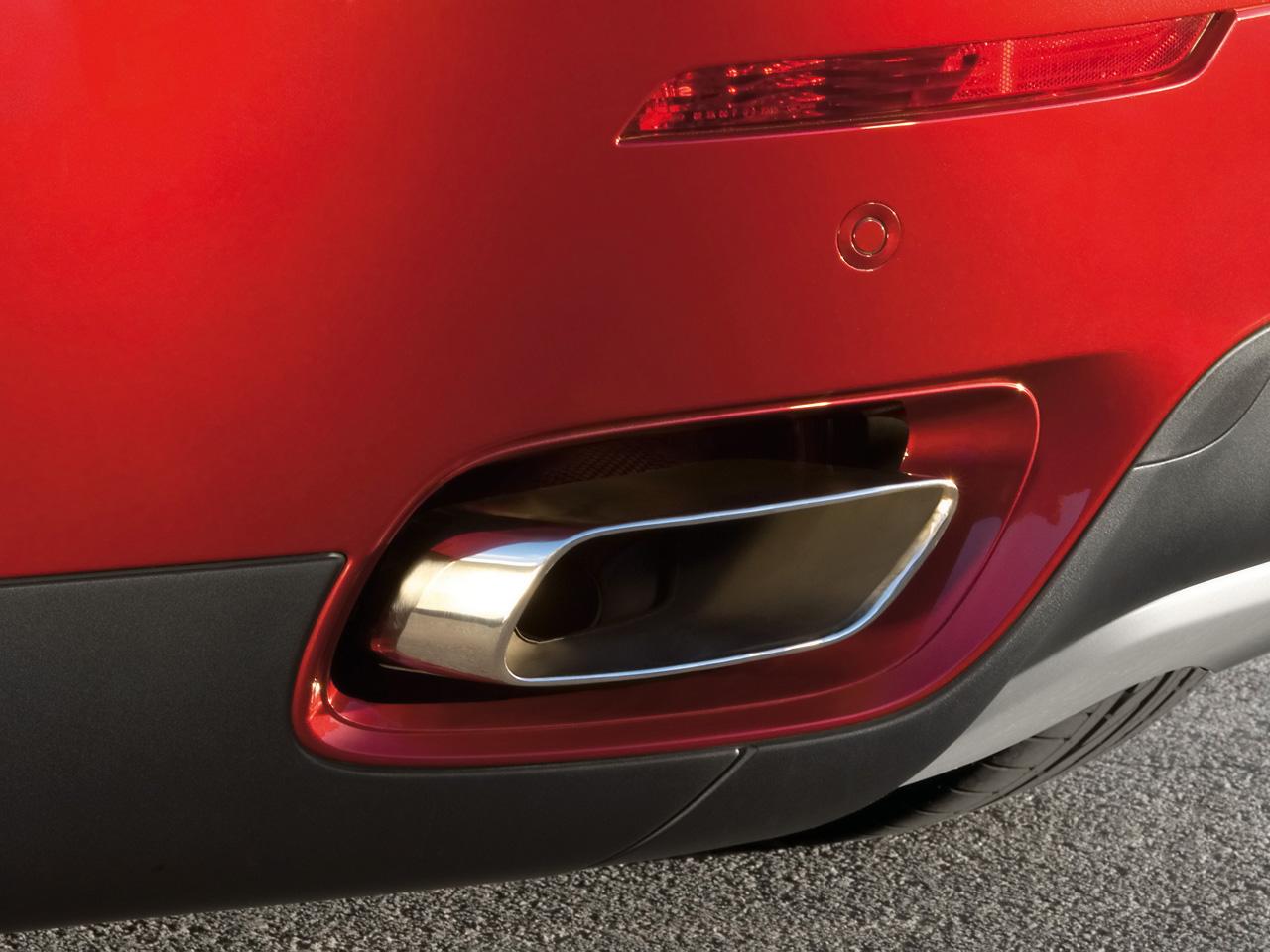 Vue agrandie d'une sortie d'échappement de la BMX X6 xDrive50i, intégrée dans le bouclier arrière. La qualité de fabrication et le soin des détails sont impressionnants.